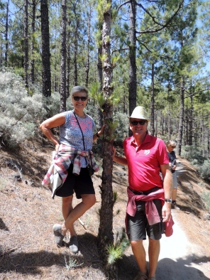 Two hikers at 1900 meters altitude close to the highest peak of GC