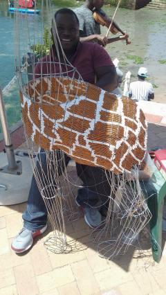 2 meters Giraff gjord av ståltråd och glaspärlor. Tar en månad att göra